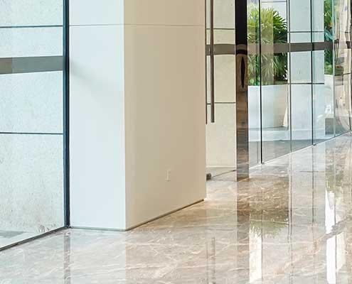 Foto av fuging i overgang mellom gulv og vegg